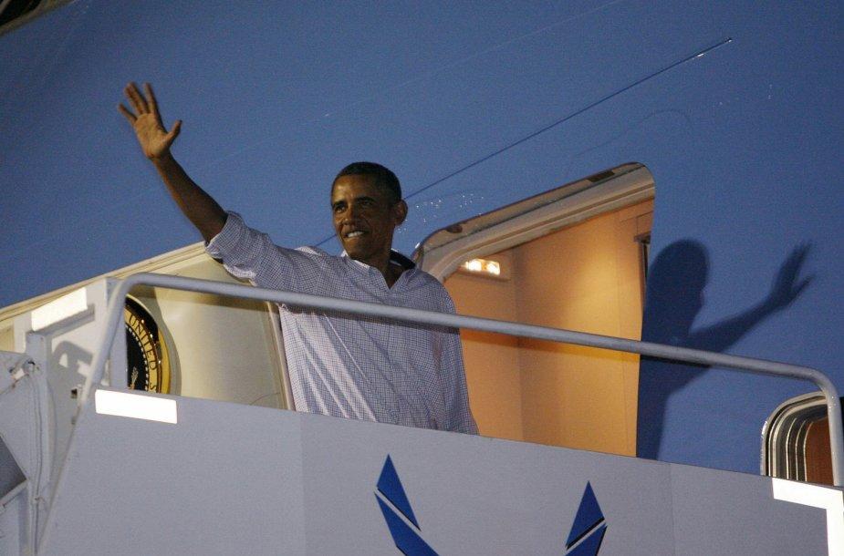 Barckas Obama su dukromis po atostogų Havajuose išskrido namo
