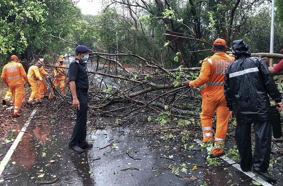 Šalinami ciklono Nisargos padariniai