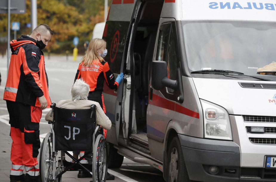 Greitoji atveža COVID-19 pacientą į specializuotą ligoninę Varšuvoje