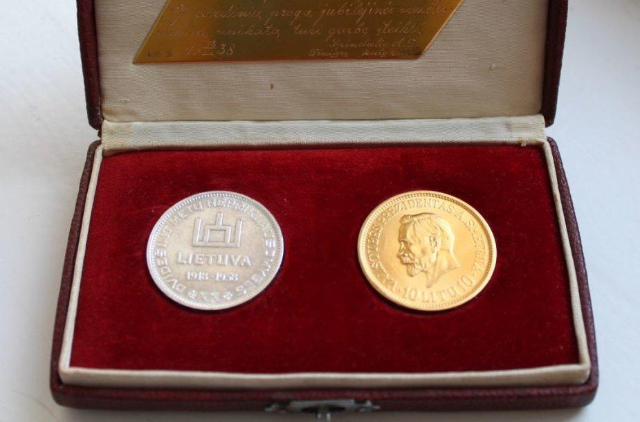 Į Lietuvą grįžta unikali istorinė relikvija – Nepriklausomybės 20-mečiui nukaltos monetos