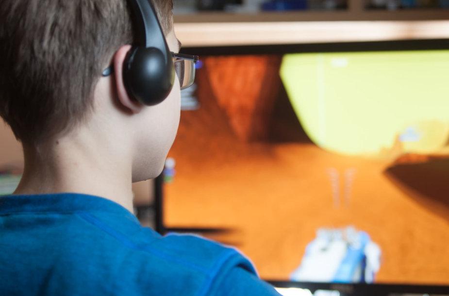 Vaikas įsitraukęs į vaizdo žaidimus