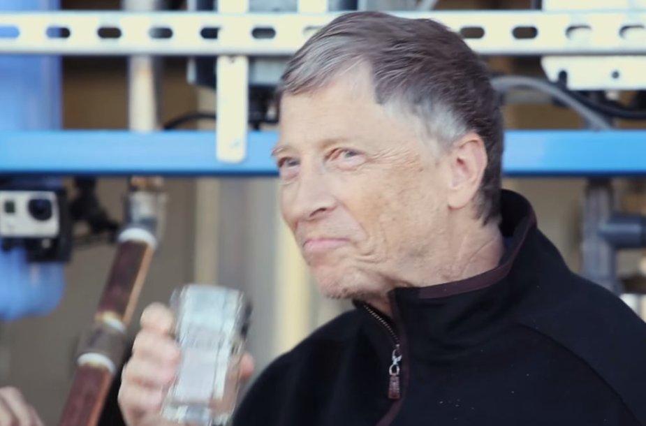 Billas Gatesas geria iš išmatų pagamintą vandenį