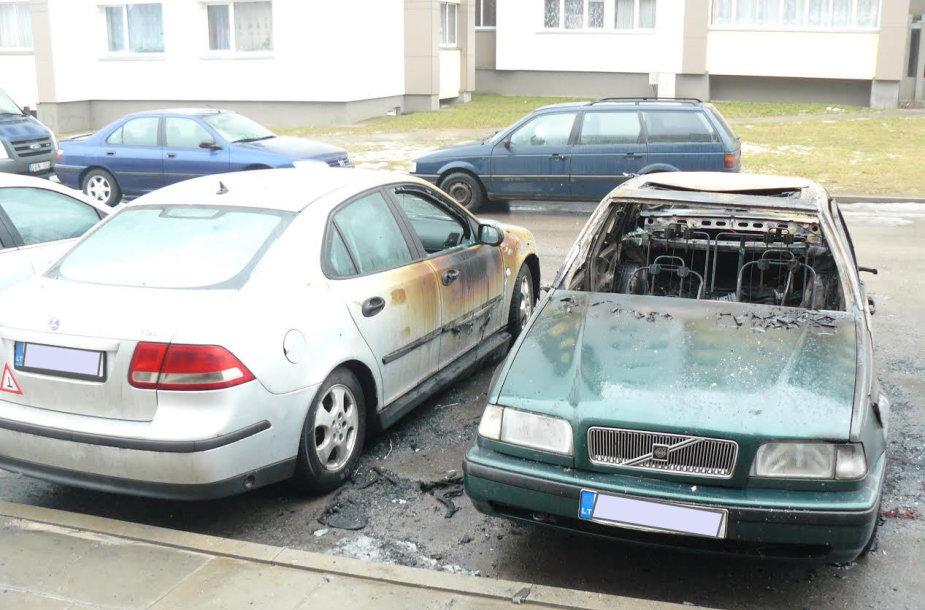 Naktį sudegė vienas automobilis, šalia stovėję kiti du – apdegė.