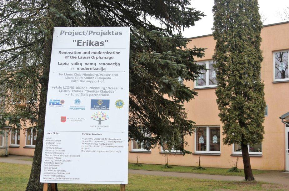 Lapių pagrindinės mokyklos direktorė Vilija Lukauskienė džiaugiasi naujai iškilusiais Bendruomenės namais.