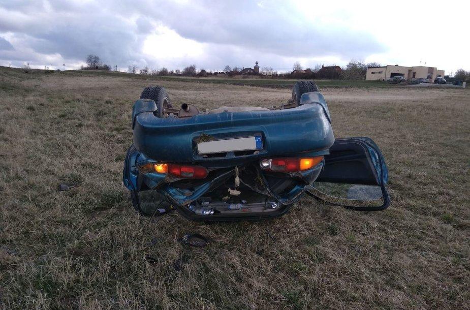 """Jonavos rajone nuo kelio nuskriejo ir vertėsi """"Mazda"""" - vairuotojas girtas"""