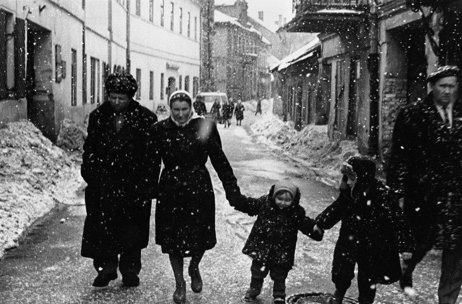 Šeima ir sniegas. Vilnius, Totorių gatvė, 1964 m.