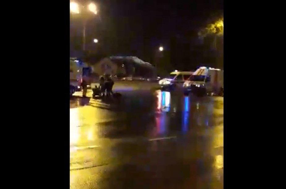 Šiauliuose BMW partrenkė du žmones