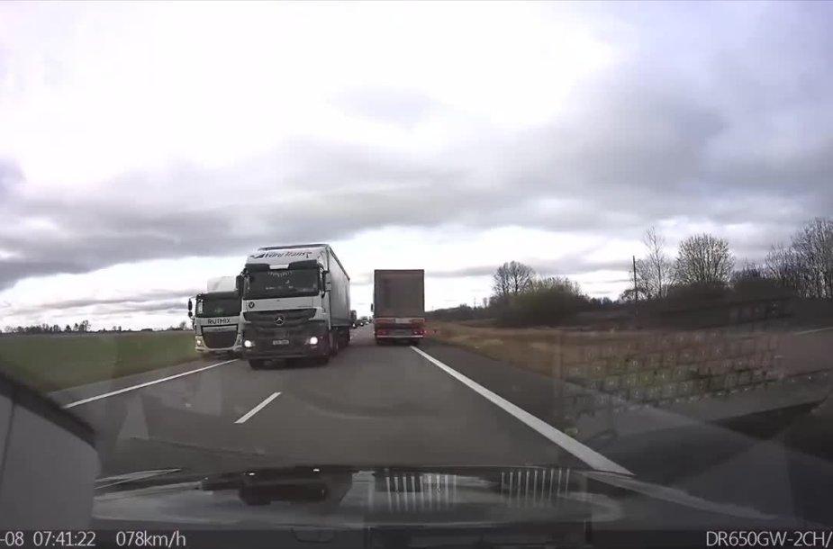 via-baltica-kelyje-pavojingas-vilkiko-manevras