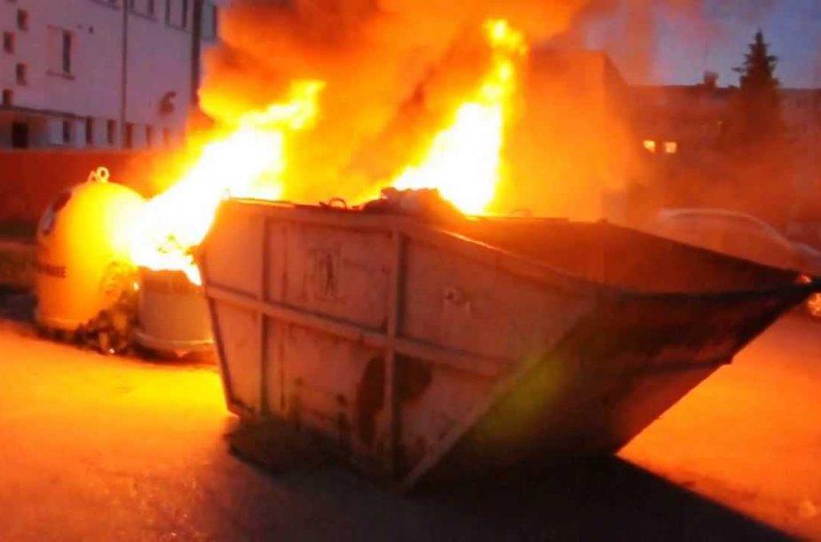 VIDEO kadras: Užsidegęs konteineris vos netapo keturių automobilių gaisro priežastimi (video)-981