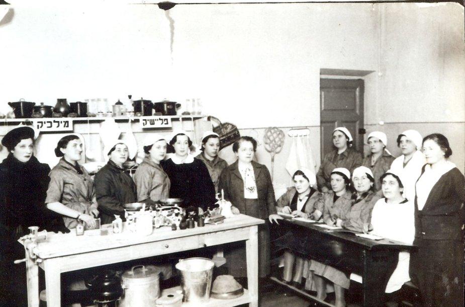 Fania Lewando (centre) kartu su savo kulinarijos mokyklos mokinėmis.