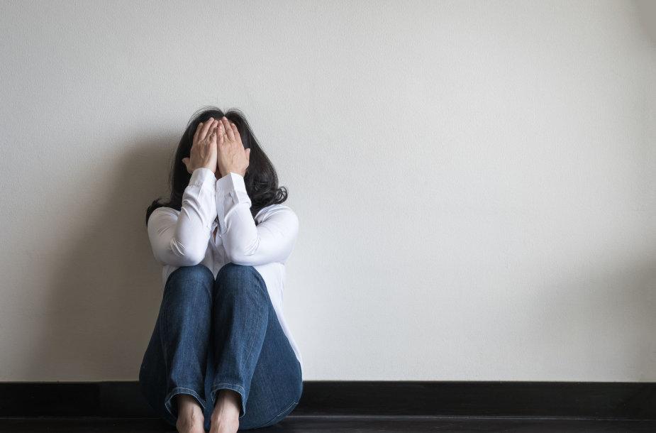 Smurtą patirianti moteris dažnai jaučiasi bejėgė