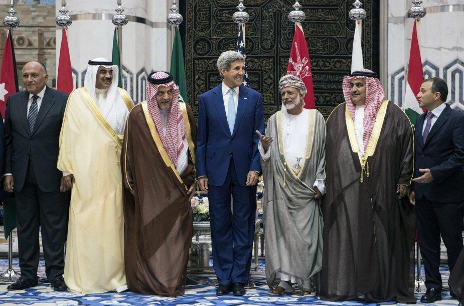 JAV valstybės sekretorius Johnas Kerry su arabų šalių atstovais Džedoje