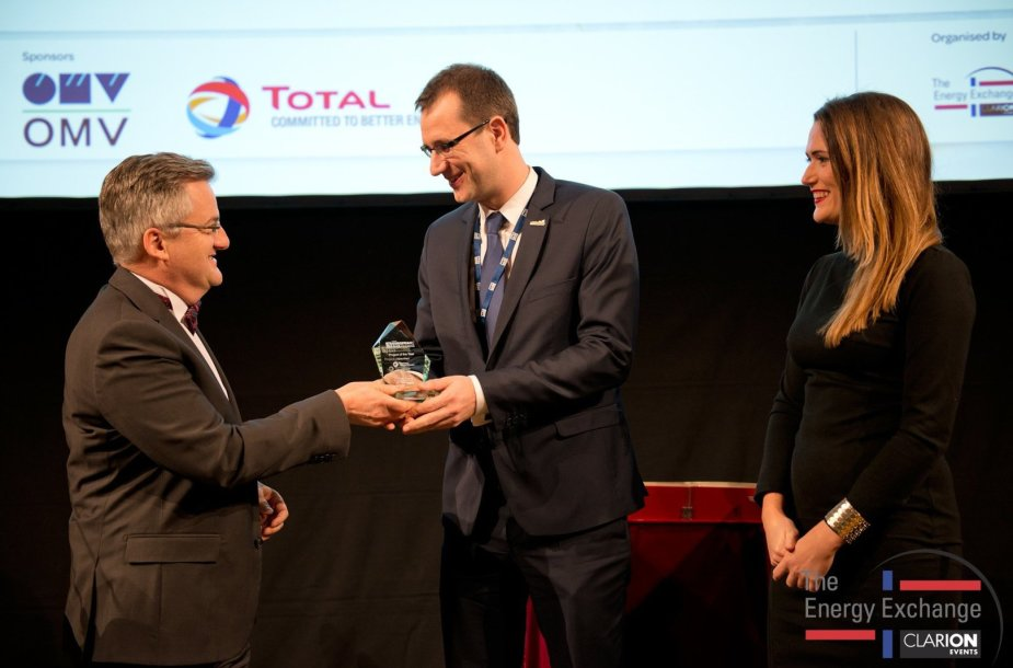 """European Gas Conference Awards 2015"" apdovanota ""Klaipėdos nafta""  James Spicer."