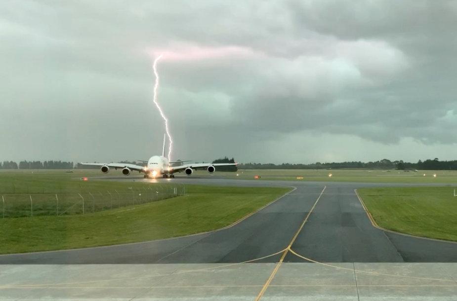 Prie pat lėktuvo trenkė žaibas