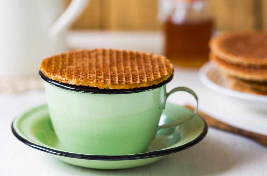 Karšta arbata ir skanėstas