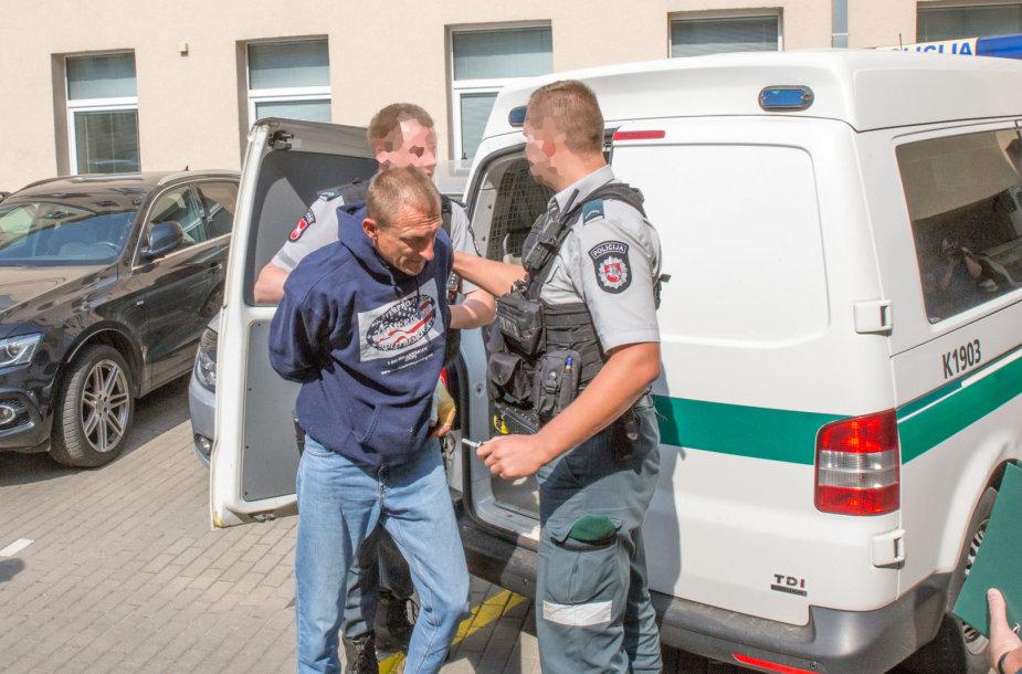 Dviem nužudymais itariamas Ukrainos pilietis atvežtas į teismą