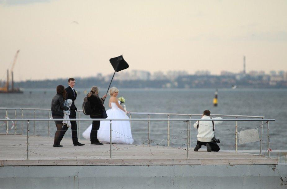 Vestuvininkai Odesoje fotografuojasi ir prie Juodosios jūros
