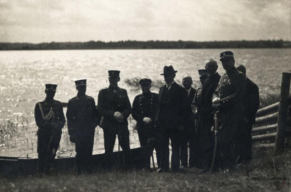 Antanas Smetona prie Lėno ežero kelionės po savo gimtąsias vietas metu