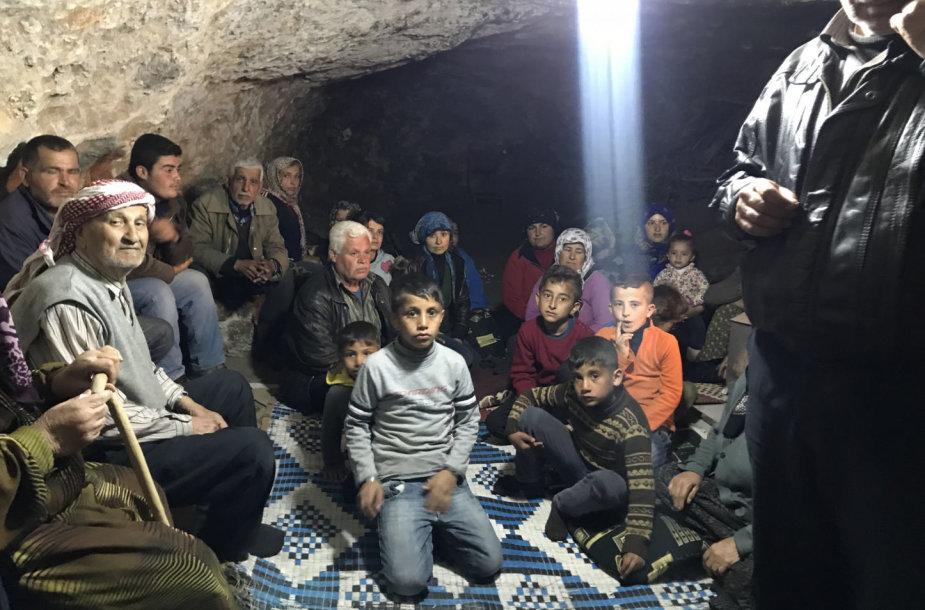 Nuo Turkijos oro smūgių Afrine besislepiantys kurdai