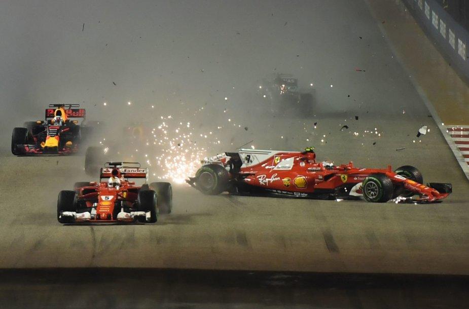 Singapūro F-1 GP Sebastianas Vettelis sukėlė didelę avariją