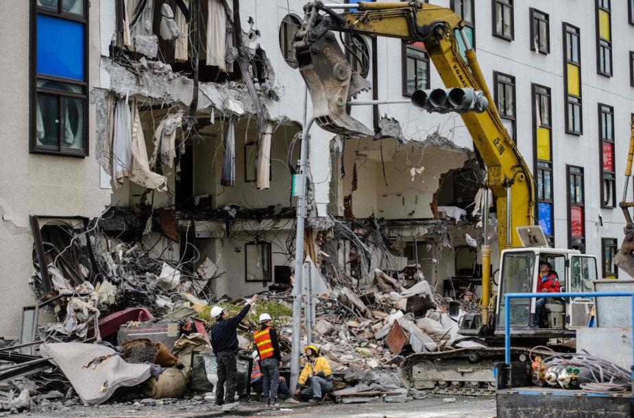Taivane griaunamas per žemės drebėjimą apgadintas pastatas
