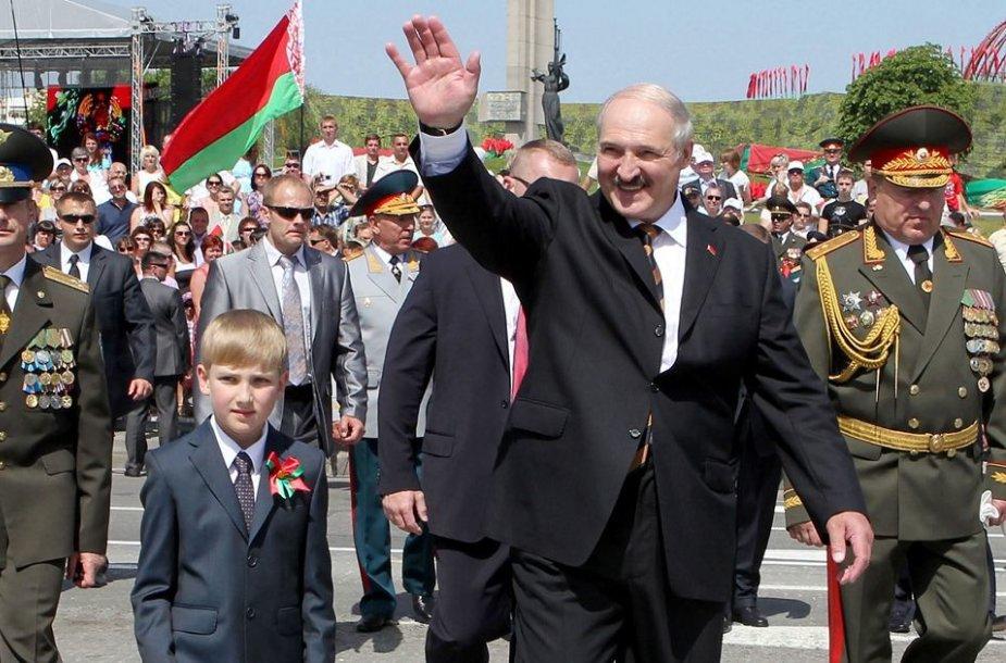 Baltarusijos prezidentas Aleksandras Lukašenka su sūnumi Nikolajumi