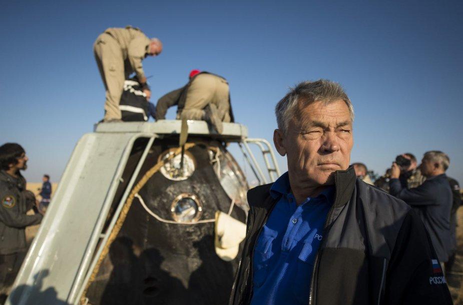 """Iš """"Sojuz"""" kapsulės ruošiamasi iškelti astronautus"""