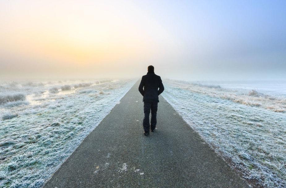 Vyras eina keliu