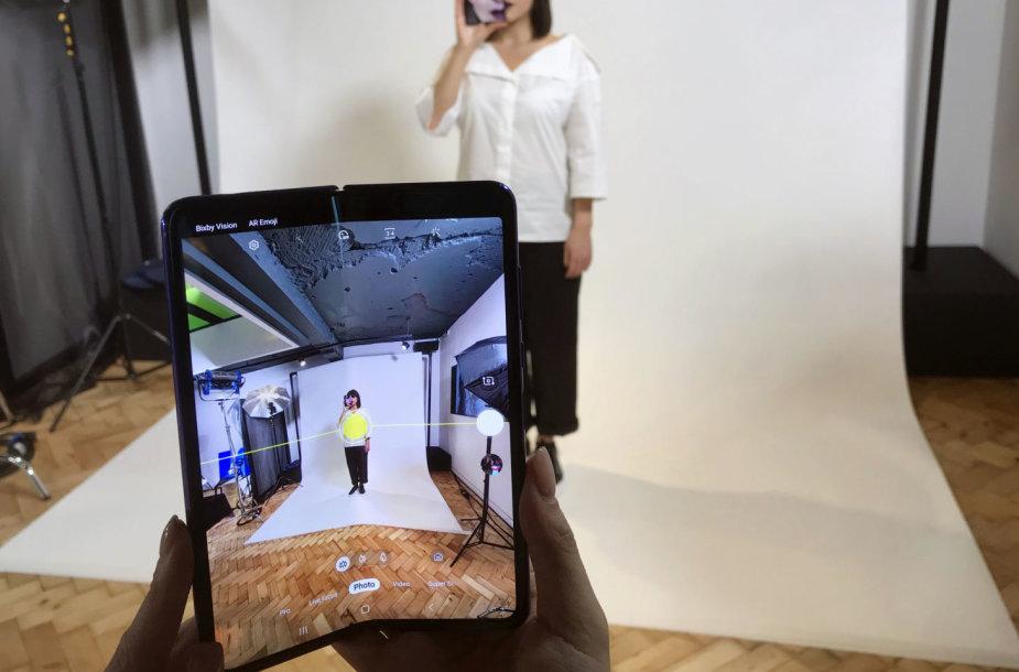 """""""Samsung Galaxy Fold"""" sulankstomas išmanusis telefonas"""