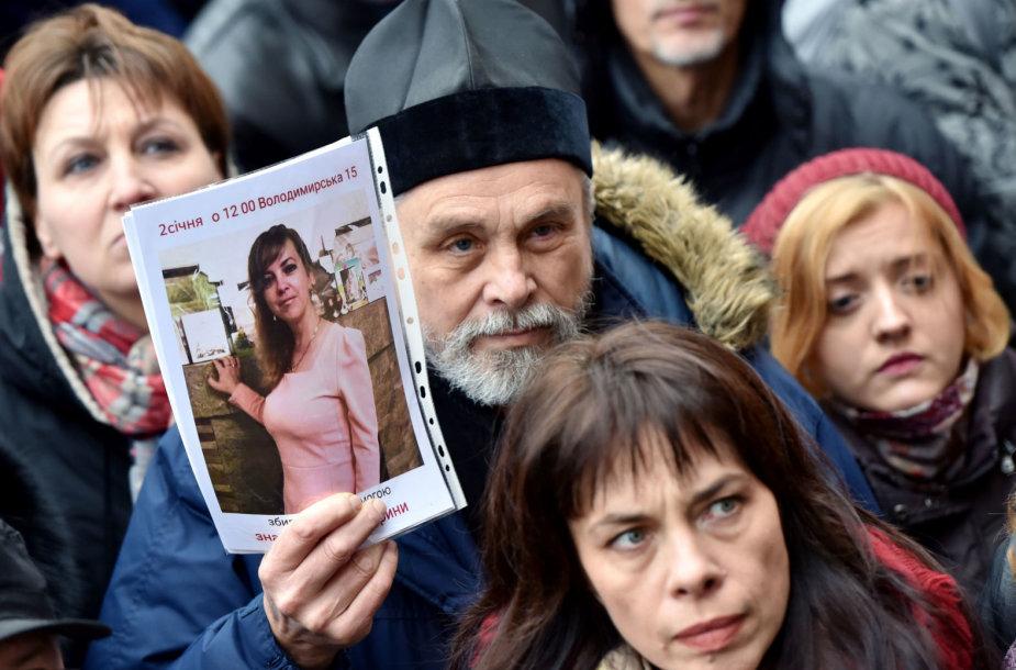 Žmonės prie Kijevo policijos būstinės reikalauja nešališko Irynos Nozdrovskos nužudymo tyrimo.