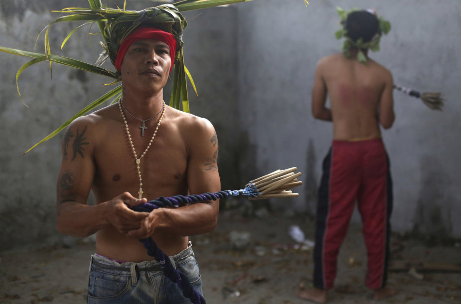 Filipiniečiai Didįjį penktadienį mini nukryžiavimais ir plakimųsi