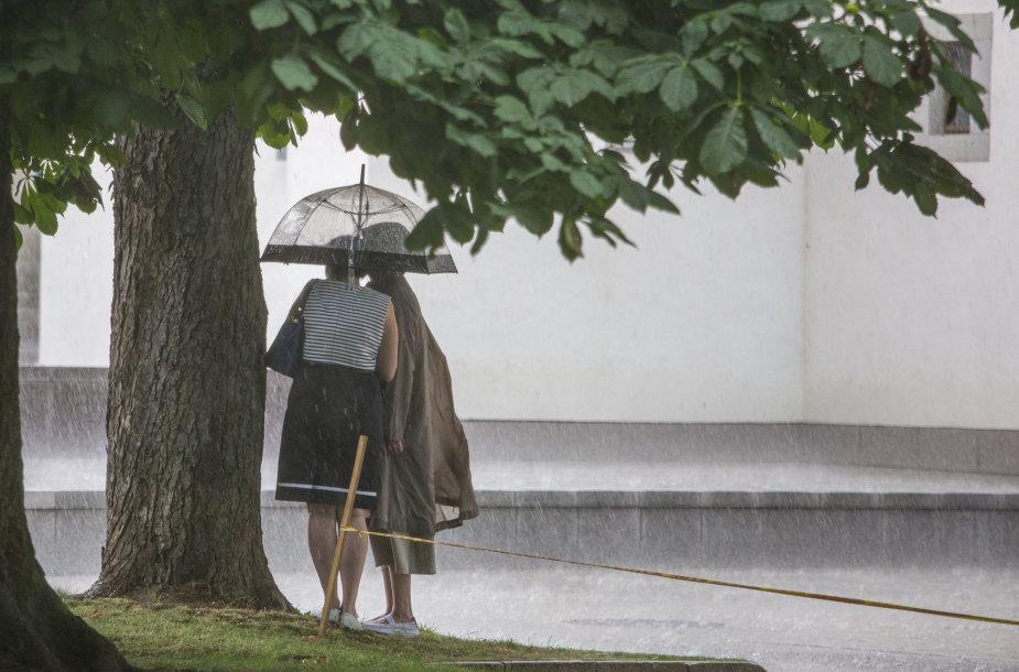 Smarkus lietus Vilniaus senamiestyje