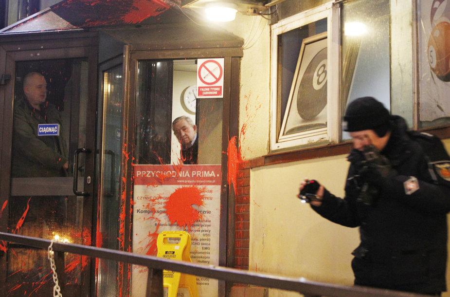 Varšuvoje per protestą prieš abortų draudimą valdančiosios partijos būstinė ištepta dažais