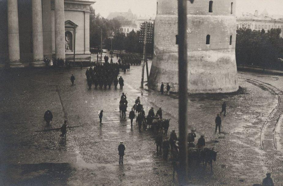 Lietuvos kariuomenės VII pėstininkų pulkas įžengia į Vilniaus Katedros aikštę 1920 m. rugpjūčio 26 d.