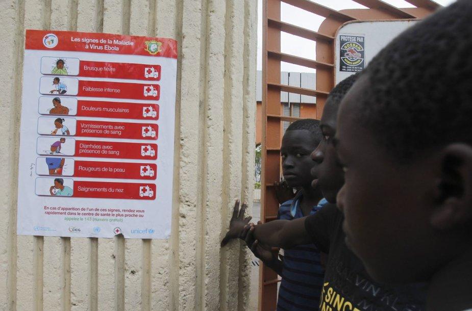 Berniukai žiūri į Ebolos viruso sukeliamus simptomus