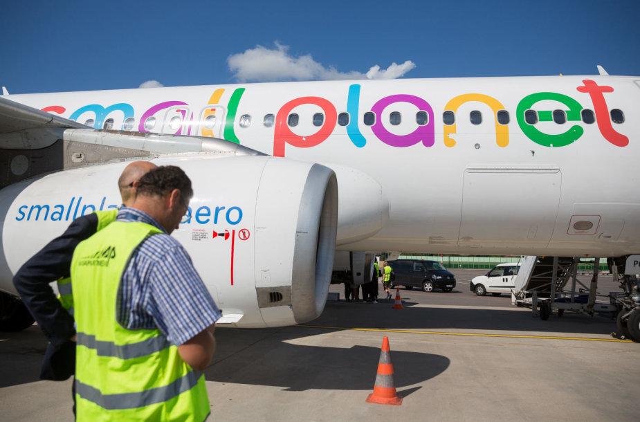 """""""Small Planet"""" atstovai aprodė įmonės lėktuvą"""