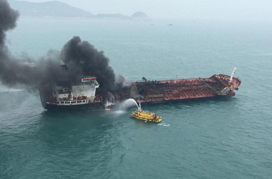 Prie Honkongo krantų užsiliepsnojus tanklaivis