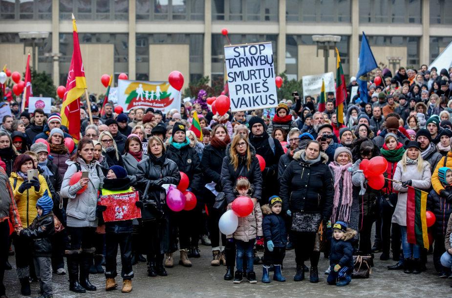 Vilniaus Nepriklausomybės aikštėje susidūrė dviejų skirtingų mitingų dalyviai.