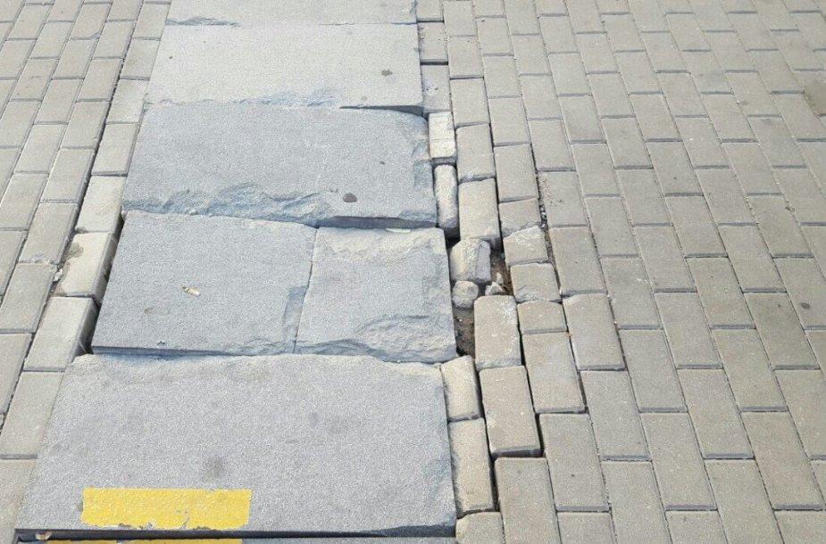 Laikinosios Kauno autobusų stoties vietoje – suaižėjusios granitinės plokštės