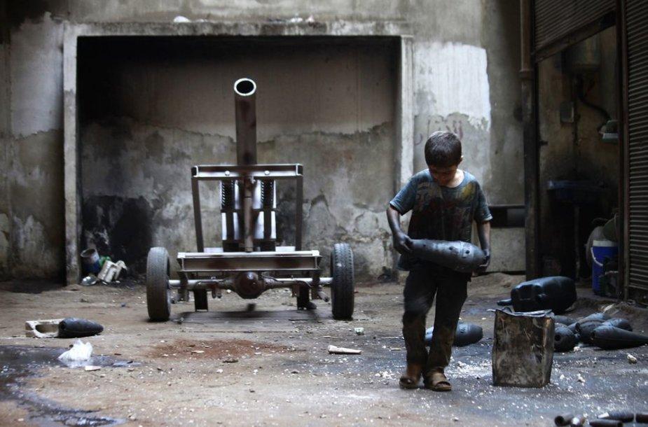 10-metis Issa, dirbantis ginklų gamykloje Sirijoje