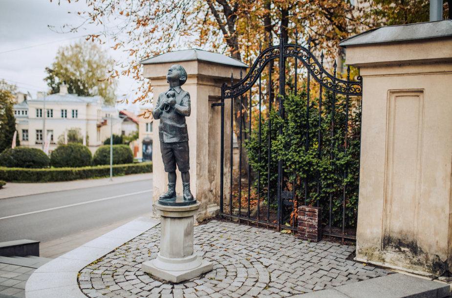 Berniuko su kaliošu skulptūra, aut. R.Kvintas