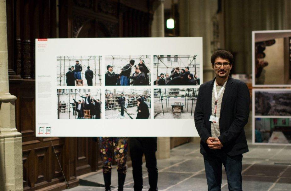 """Arashas Khamooshi, """"Nenumatytų naujienų"""" nuotraukų serijos III vietos laimėtojas, greta savo fotoistorijos, De Nieuwe Kerk bažnyčioje."""
