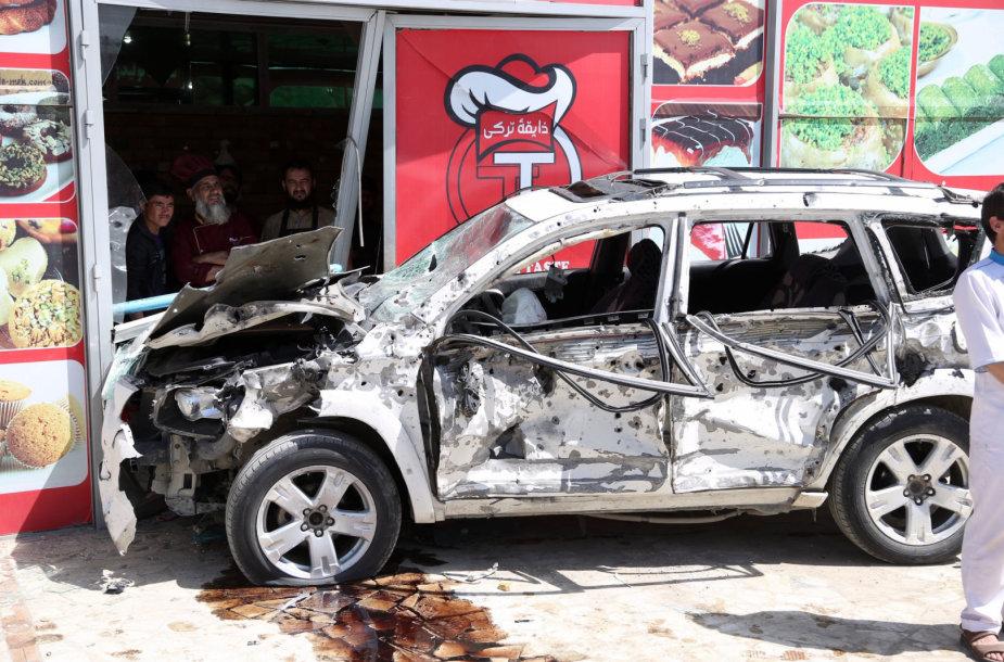 Sudegęs automobilis išpuolio vietoje