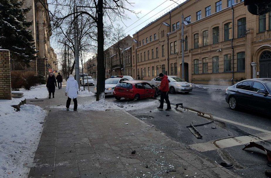 """Avarija Pamėnkalnio gatvėje Vilniuje: """"Honda"""" rėžėsi į stulpą"""