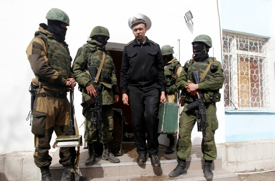 Rusų karių lydimas ukrainietis palieka bazę Kryme