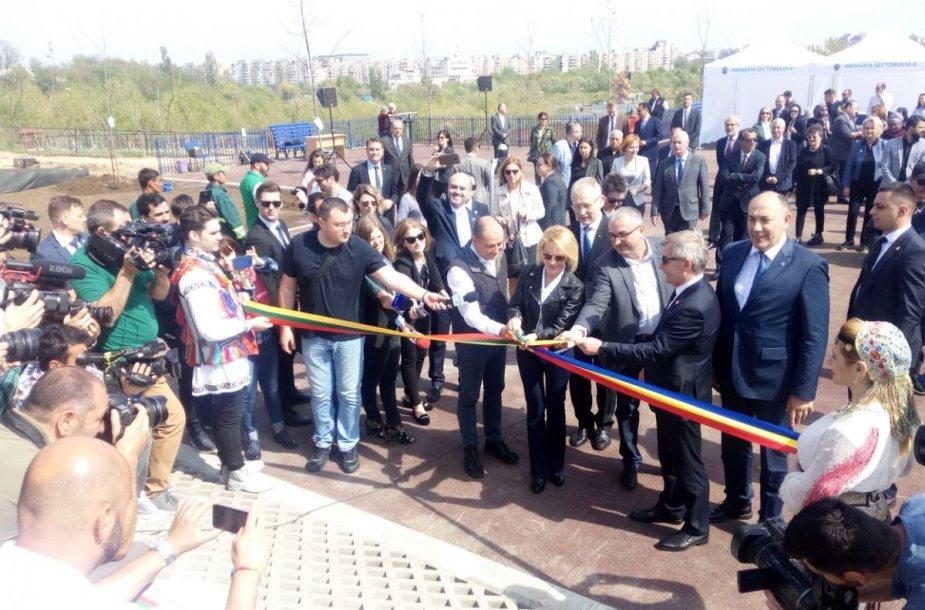Šimto ąžuoliukų parkas atidarytas Rumunijos sostinės jaunimo parko teritorijoje.
