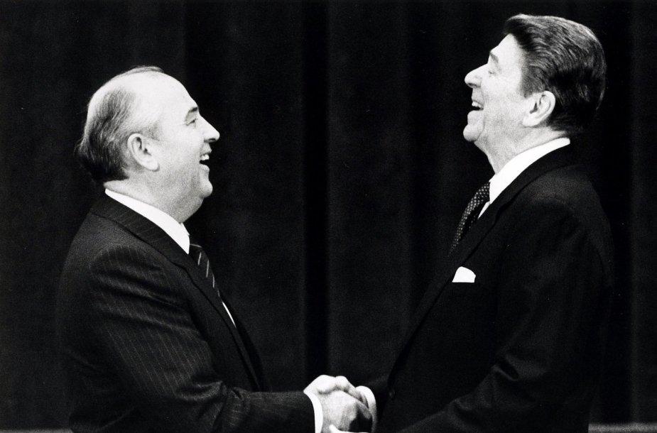 Sovietų sąjungos lyderis Michailas Gorbačiovas ir JAV prezidentas Ronaldas Reaganas (1985 m.)