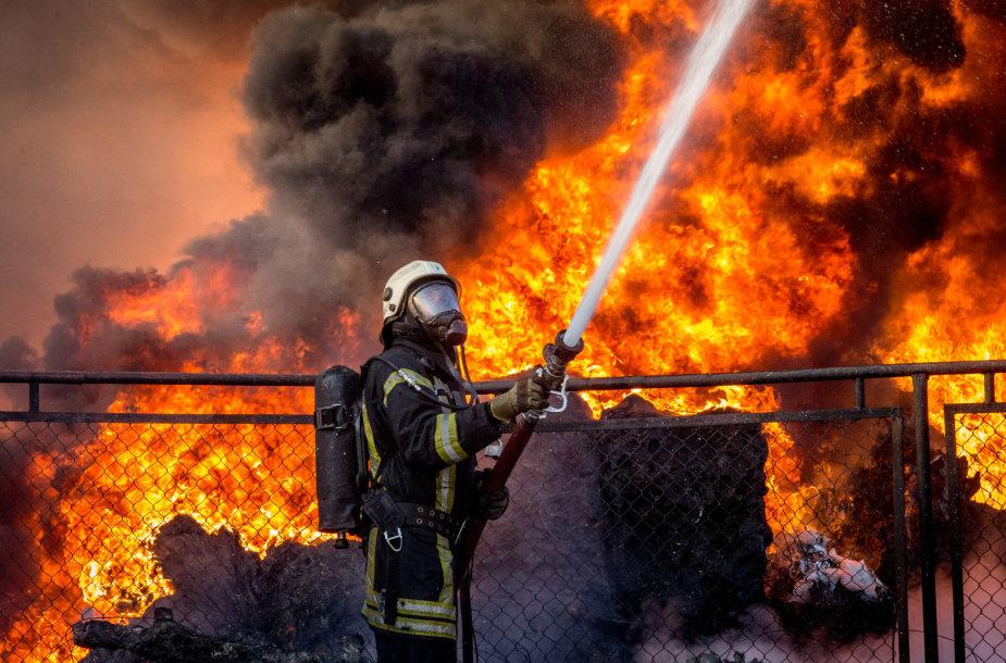 Ugniagesiai gesina gaisrą