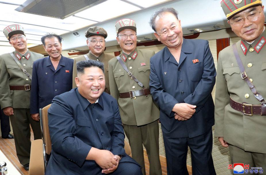 Kim Jong Unas stebi raketos bandymą