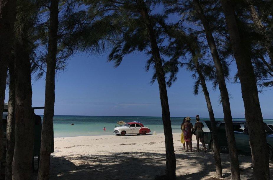 Cayo Jutias paplūdimyje automobiliai laukia savo keleivių